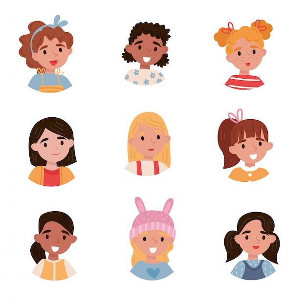 Zestaw uroczych dziewcząt, awatary ślicznych małych dzieci z różnymi emocjami i ilustracje fryzur na białym tle