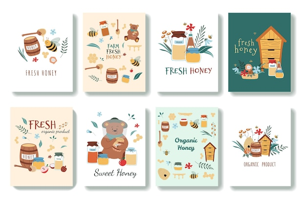 Zestaw uroczych pocztówek w stylu cartoon. są pszczoły, świeży miód, słoiki, ul, łyżka miodu, kwiaty, niedźwiedź, plaster miodu. wyciągnąć rękę. na białym tle.