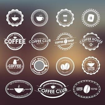 Zestaw vintage logo na rozmytym tle, dla kawiarni, kawiarni i restauracji. projekt elementów, loga, naklejki, ikony, znaki biznesowe.