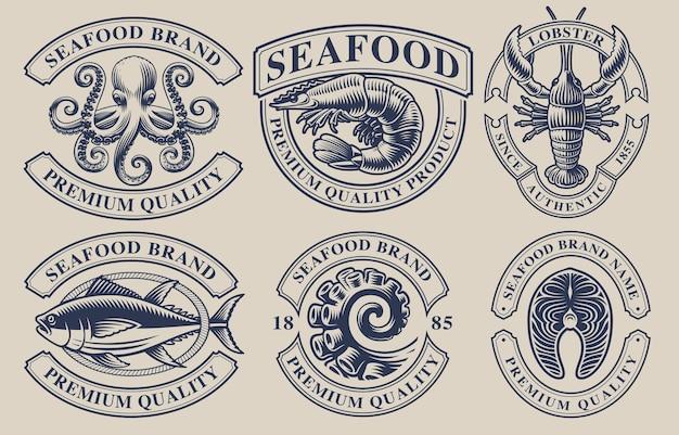 Zestaw vintage odznaki na temat owoców morza, idealny do logo, emblematów, etykiet i wielu innych zastosowań. tekst znajduje się w osobnej grupie.