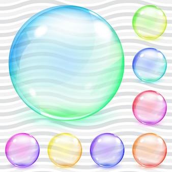 Zestaw wielokolorowych przezroczystych szklanych kul z odblaskami i cieniami