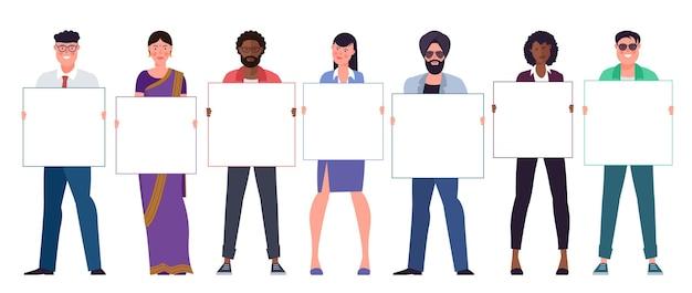 Zestaw wielonarodowych różnorodnych młodych mężczyzn i kobiet, trzymając czyste puste białe plakaty