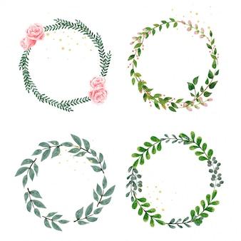 Zestaw wieniec ozdobiony liśćmi i kwiatami.