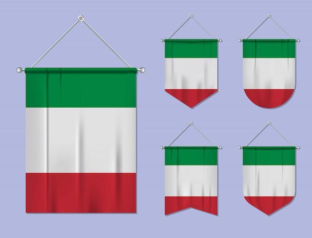 Zestaw wiszących flag włochy z tekstylnymi teksturami. różnorodność kształtów kraju bandery. proporczyk pionowy szablon