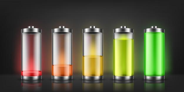 Zestaw wskaźników naładowania baterii o niskich i wysokich poziomach energii na białym tle.