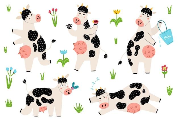 Zestaw z zabawnymi krowami cętkowanymi stojącymi, śpiącymi, biegającymi. śliczne zwierzęta gospodarskie w dziecinnym stylu. doodle elementy na białym tle.