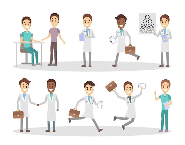 Zestaw zabawnych męskich postaci lekarza i pielęgniarki z różnymi pozami, emocjami twarzy i gestami. lekarze rozmawiają z pacjentami, biegają i skaczą. ilustracja na białym tle płaski wektor