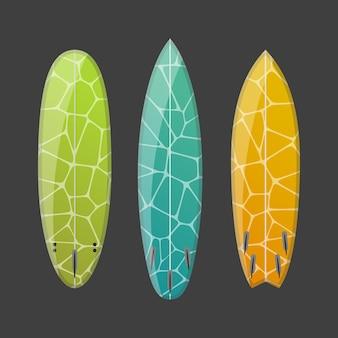Zestaw zdobionych kolorowych desek surfingowych. różne kształty i typy na białym tle na ciemnym tle.