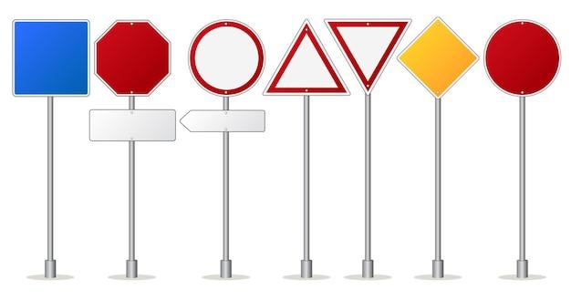 Zestaw znaków drogowych, drogowskaz dotyczący przepisów ruchu drogowego i ostrzegawczy. puste metalowe tablice uwagi.