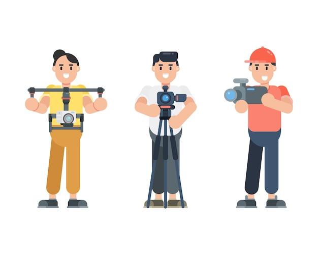 Zestaw znaków młody człowiek trzymając aparat. fotograf, operator, postacie vloggera w stylu płaski.