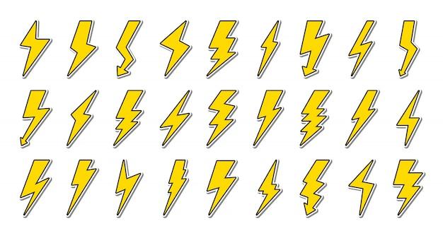 Zestaw żółtej błyskawicy z czarnym konturem. symbol energii i grzmotu, elektryczności.