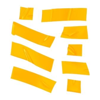 Zestaw żółtej taśmy klejącej. realistyczne żółte kawałki taśmy klejącej do mocowania na białym tle. papier klejony.