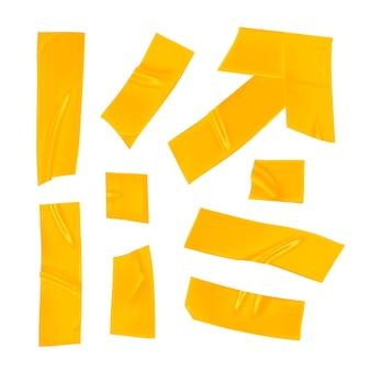Zestaw żółtej taśmy klejącej. realistyczne żółte kawałki taśmy klejącej do mocowania na białym tle. strzała i papier podklejony. realistyczna ilustracja 3d.