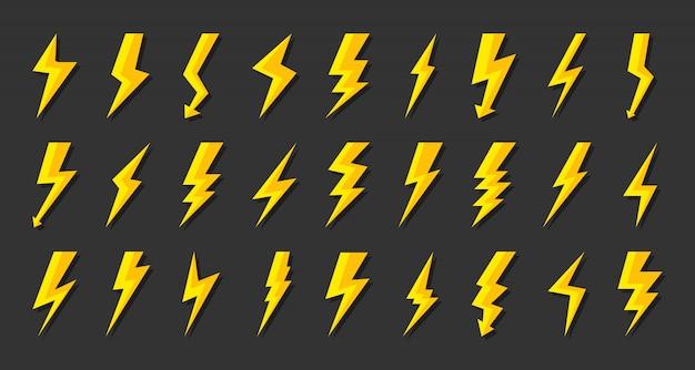 Zestaw żółtych błyskawic. uderzenie symbolu elektrycznego strzałą, uderzenie pioruna. symbol elektryczności, energii i grzmotu.