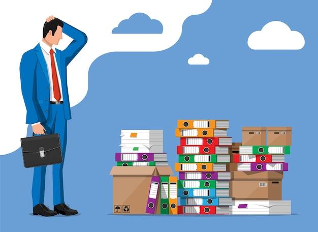 Zestresowany biznesmen i stos folderów biurowych, dokumentów. zapracowany człowiek biznesu ze stosami papierów. stres w pracy. biurokracja, papierkowa robota, big data. ilustracja wektorowa w stylu płaski