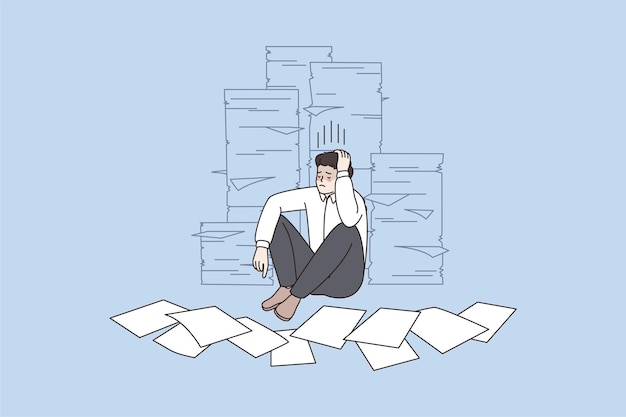 Zestresowany mężczyzna pracownik w pobliżu stosów dokumentów papierkowych