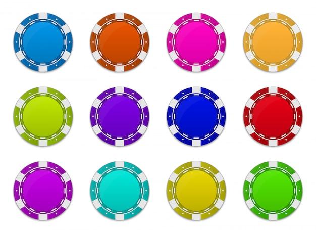 Żetony do pokera w kasynie zmieniają pozycję pod różnymi kątami.