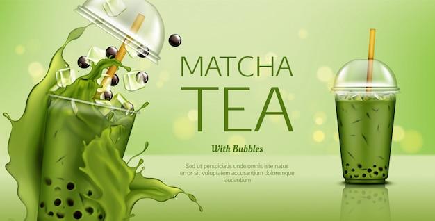 Zielona herbata matcha z bąbelkami i kostkami lodu