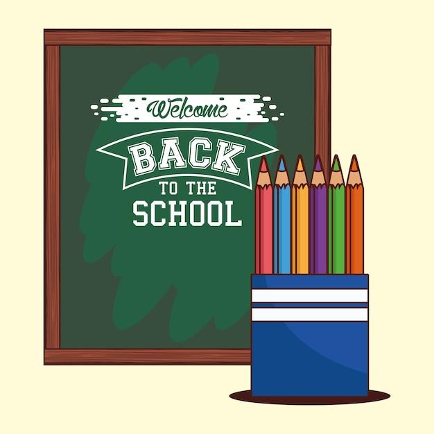 Zielona tablica z kolorowymi ołówkami, klasa edukacyjna z powrotem do szkoły i temat lekcji