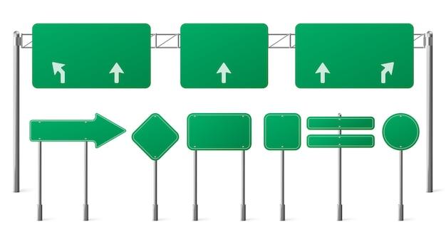 Zielone znaki drogowe na autostradzie, puste tablice na stalowych słupach do wskazywania kierunku ruchu w mieście