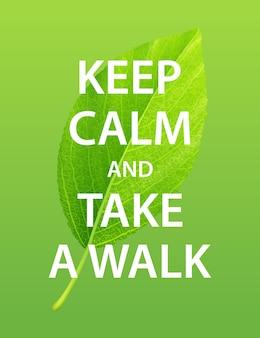 Zielony liść z napisem zachowaj spokój i idź na spacer. plakat motywacyjny o zdrowym stylu życia