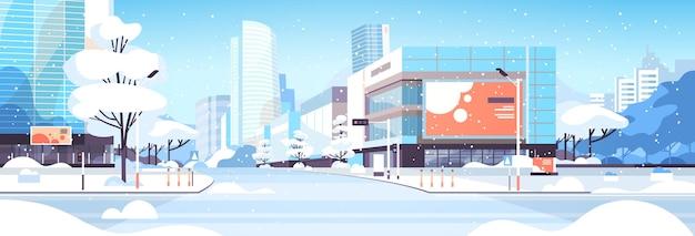 Zima miasto zaśnieżone centrum miasta ulica z drapaczami chmur budynki biznesowe słońce pejzaż płaski poziomy wektor ilustracja