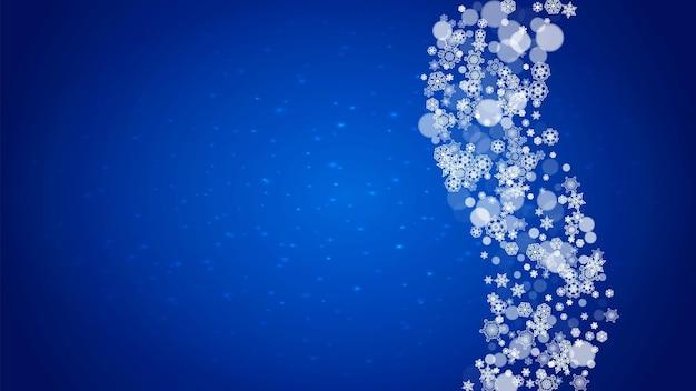 Zimowa rama z padającego śniegu na niebieskim tle z błyszczy.