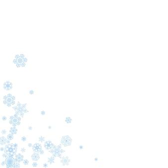 Zimowa ramka z niebieskimi płatkami śniegu na obchody świąt bożego narodzenia i nowego roku. wakacyjna zimowa ramka na białym tle na banery, kupony upominkowe, bony, reklamy, imprezy imprezowe. padający mroźny śnieg.