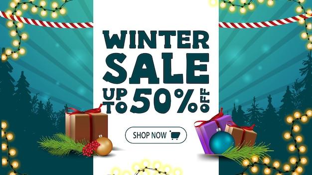 Zimowa wyprzedaż, rabat do 50, zielony baner rabatowy z białym paskiem z ofertą, prezentami, girlandami i sylwetką lasu sosnowego