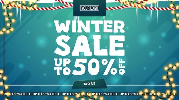 Zimowa wyprzedaż, rabat do 50, zielony baner rabatowy ze soplami, girlanda, guzik i duże listy ofertowe