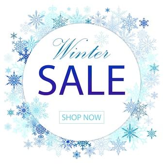 Zimowa wyprzedaż transparent z niebieskimi płatkami śniegu na promocję zakupów.