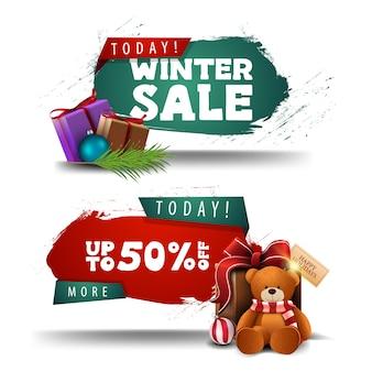 Zimowe banery rabatu czerwony i zielony z prezentami i misiem na białym tle