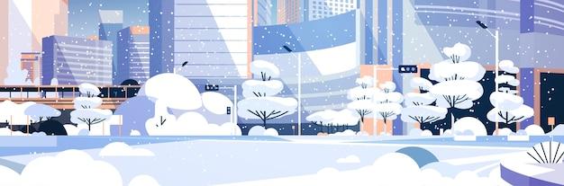 Zimowe miasto zaśnieżone centrum miasta z drapaczami chmur budynki biznesowe pejzaż płaski poziomy wektor ilustracja