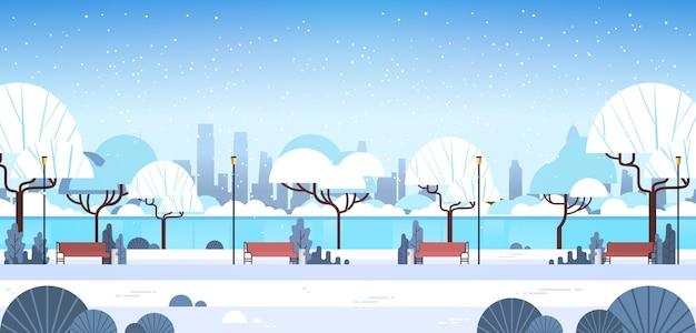 Zimowy park miejski w pobliżu rzeki ośnieżone drzewa i drewniane ławki piękna przyroda krajobraz płaska pozioma wektorowa ilustracja