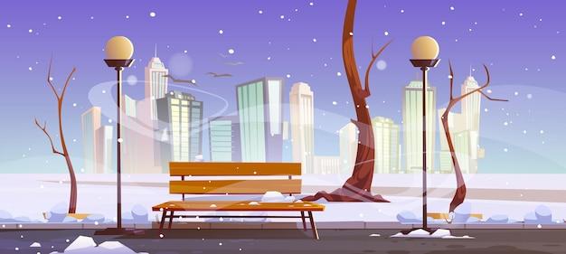 Zimowy park miejski z nagą drewnianą ławką