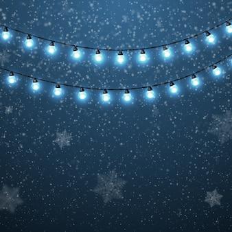 Zimowy pejzaż z padającym śniegiem i jasnymi girlandami.