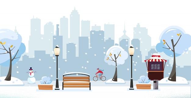 Zimowy śnieżny park. publiczny park w mieście z uliczną kawiarnią na tle wieżowców. krajobraz z rowerzystą, kwitnącymi drzewami, latarniami, drewnianymi ławkami. ilustracja kreskówka płaski wektor