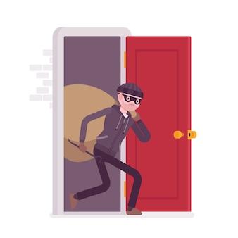Złodziej niosący łupy przez drzwi