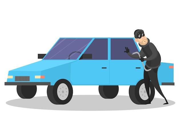 Złodziej stojący przy samochodzie i wyważając drzwi