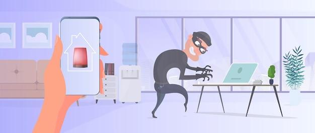 Złodziej w domu. złodziej kradnie dane z laptopa. pojęcie bezpieczeństwa i ochrony pomieszczeń.