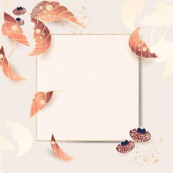 Złota kwadratowa ramka z motywami liści w stylu vintage na tle kości słoniowej