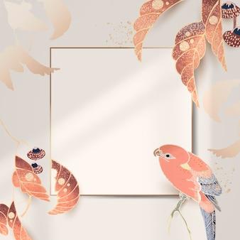 Złota ramka z motywami papugi i liści na tle w kolorze kości słoniowej