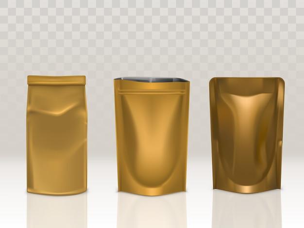 Złota saszetka z papieru lub folii z klipsem i zestawem doy pack na przezroczystym tle.