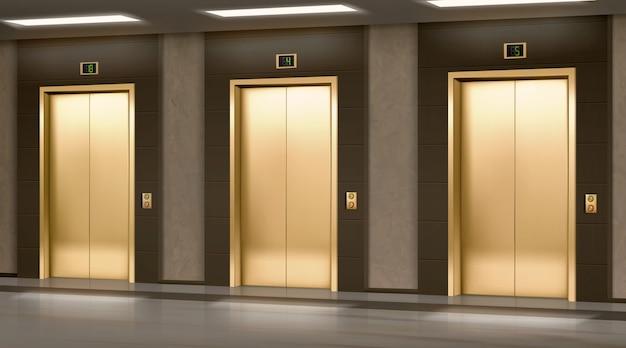 Złota winda z zamkniętymi drzwiami w korytarzu