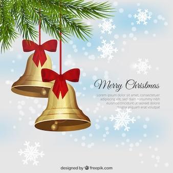 Złote dzwony na tle bokeh śniegu
