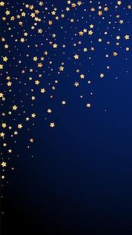 Złote gwiazdki losowo luksusowe musujące konfetti. rozproszone małe drobinki złota na ciemnoniebieskim tle. emocjonalny świąteczny szablon nakładki. pomysłowe tło wektor.