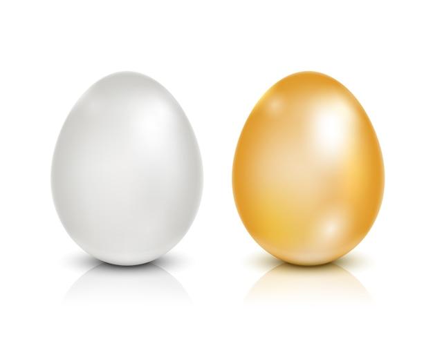 Złote i białe jajka na białym tle