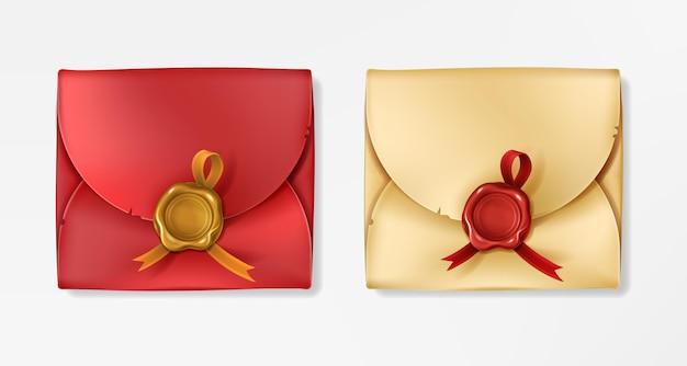 Złote i czerwone koperty vintage z woskowymi pieczęciami. zamknięte puste z okrągłym stemplem ze wstążką.