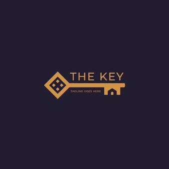 Złote logo domu klucz nieruchomości z kształtem sylwetki domu wewnątrz ikony klucza