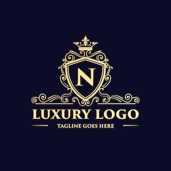 Złote, luksusowe, królewskie, zabytkowe monogramy kwiatowe ozdobne logo z szablonem korony może być używane do spa, salonu piękności, dekoracji, butikowej restauracji hotelowej i kawiarni.